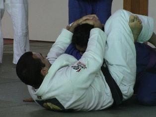 Robin Gracie esegue triangle choke